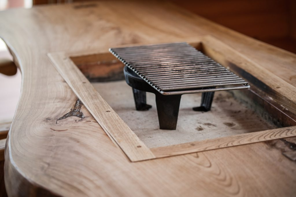 ダイニングテーブルは炉端焼き